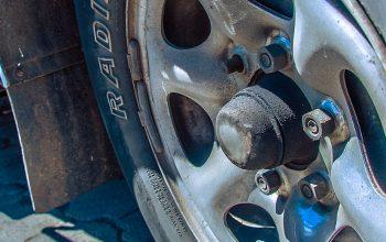 Some Nut with a Loose Screw – Car Mechanics in Ecuador