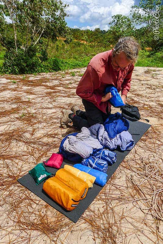 Repacking additional equipment, Landcruising Adventure (©photocoen)