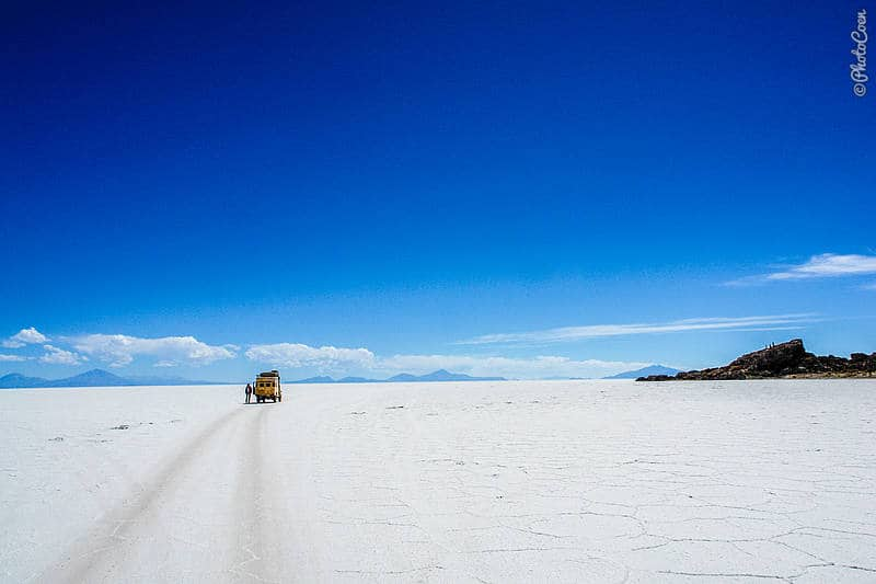 Driving in Salar de Uyuni in Bolivia (©photocoen)