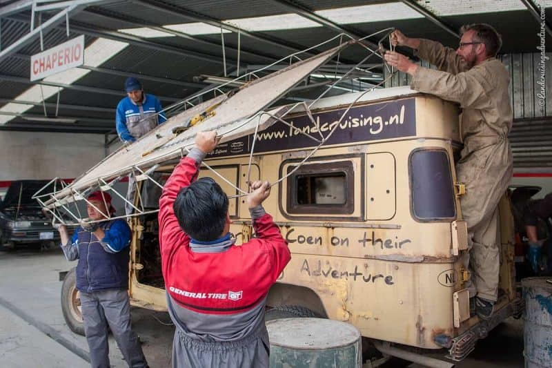 Land Cruiser Restoration in La Paz, Bolivia (©Coen Wubbels)