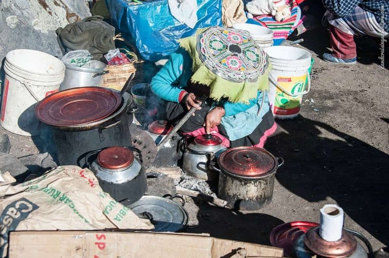 vendor cooking food, Religious Festival in Peru, Q'ollor Ritty (©Coen Wubbels)