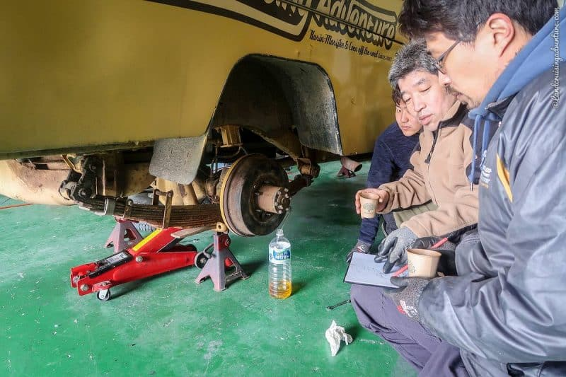 Fixing the brakes of the Land Cruiser (©Coen Wubbels)