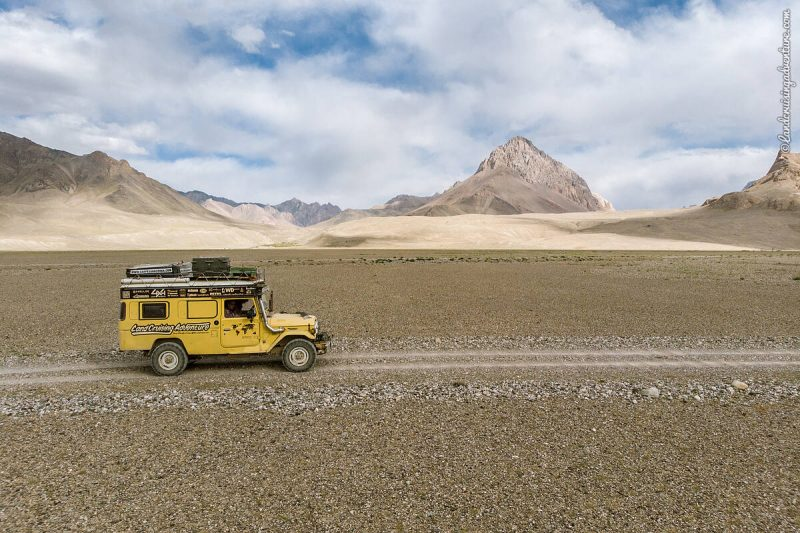 The Land Cruiser driving in Tajikistan (©Coen Wubbels)